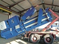 Incarcare presa de balotat carton si folie pe camion